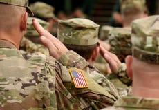 Χαιρετισμός αμερικανικών στρατιωτών στρατός εμείς Αμερικανικά στρατεύματα Στρατιωτικός των ΗΠΑ στοκ φωτογραφία με δικαίωμα ελεύθερης χρήσης