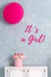 χαιρετισμός καλή χρονιά καρτών του 2007 Ντους μωρών και κάρτα ανακοίνωσης Αυτό ` s μια εγγραφή κοριτσιών Ένα μεγάλο ρόδινο κιβώτι Στοκ φωτογραφίες με δικαίωμα ελεύθερης χρήσης