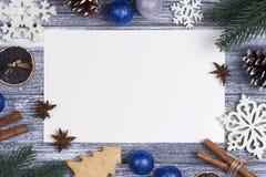 Χαιρετισμός καρτών διακοσμήσεων Χριστουγέννων, άσπρο snowflakes πορτοκαλί γκρίζο ξύλινο υπόβαθρο καλάμων καραμελών, μπλε σφαίρα Χ Στοκ εικόνα με δικαίωμα ελεύθερης χρήσης