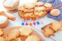 χαιρετισμός Πάσχας ευτυχής Λαγουδάκια Πάσχας ψησίματος Στοκ Φωτογραφίες