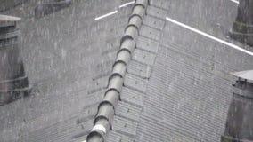 Χαιρετισμός πέρα από την κορυφή της στέγης αμιάντων έξοχο σε σε αργή κίνηση φιλμ μικρού μήκους
