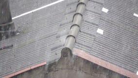 Χαιρετισμός πέρα από την κορυφή της στέγης αμιάντων έξοχο σε σε αργή κίνηση απόθεμα βίντεο