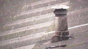 Χαιρετισμός πέρα από τη στέγη αμιάντων με την καπνοδόχο έξοχο σε σε αργή κίνηση απόθεμα βίντεο