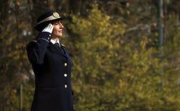 Χαιρετισμός στρατιωτών στρατού γυναικών Στοκ φωτογραφία με δικαίωμα ελεύθερης χρήσης
