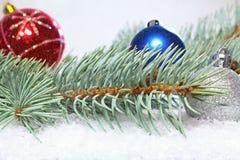 Χαιρετισμός Χριστουγέννων ουρανός santa του Klaus παγετού Χριστουγέννων καρτών τσαντών Κλάδος του άσπρου πεύκου με τις σφαίρες Χρ Στοκ φωτογραφίες με δικαίωμα ελεύθερης χρήσης