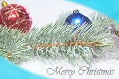 Χαιρετισμός Χριστουγέννων ουρανός santa του Klaus παγετού Χριστουγέννων καρτών τσαντών Κλάδος του άσπρου πεύκου με τις σφαίρες Χρ στοκ εικόνες