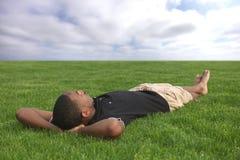 Χαλάρωση ανδρών σπουδαστών αφροαμερικάνων Στοκ φωτογραφία με δικαίωμα ελεύθερης χρήσης