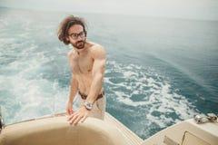 Χαλάρωση ατόμων κάτω από τον ήλιο, που βρίσκεται σε μια βάρκα εν πλω Διακοπές πολυτέλειας σε ένα γιοτ στα νησιά Στοκ Φωτογραφία