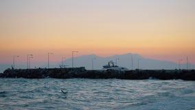 Χαλάρωση ατόμων στην παραλία και να εξισώσει τη σκηνή της θάλασσας με τους γλάρους απόθεμα βίντεο