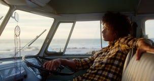 Χαλάρωση ατόμων στο φορτηγό τροχόσπιτων στην παραλία 4k απόθεμα βίντεο