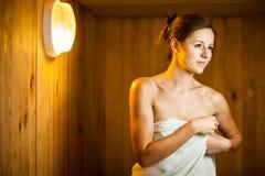 Χαλάρωση γυναικών σε μια σάουνα Στοκ Εικόνες