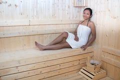 Χαλάρωση γυναικών στην ξύλινη σάουνα Στοκ εικόνα με δικαίωμα ελεύθερης χρήσης