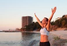 Χαλάρωση γυναικών στην παραλία Στοκ Φωτογραφίες