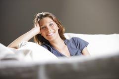 Χαλάρωση γυναικών στον καναπέ στοκ εικόνες