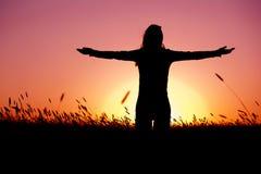 Χαλάρωση γυναικών στο ηλιοβασίλεμα στοκ φωτογραφία