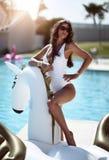 χαλάρωση γυναικών στο ξενοδοχείο θερέτρου πισινών πολυτέλειας στο μεγάλο διογκώσιμο επιπλέον σώμα pegasus μονοκέρων επιπλέον στοκ εικόνα με δικαίωμα ελεύθερης χρήσης