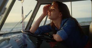 Χαλάρωση γυναικών στο φορτηγό τροχόσπιτων στην παραλία 4k απόθεμα βίντεο