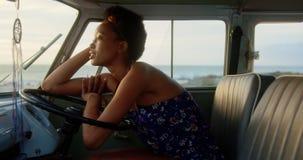 Χαλάρωση γυναικών στο φορτηγό τροχόσπιτων στην παραλία 4k φιλμ μικρού μήκους