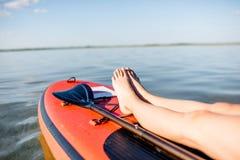 Χαλάρωση γυναικών στο paddleboard στοκ φωτογραφία