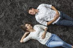 Χαλάρωση ζεύγους στον τάπητα Στοκ Φωτογραφία