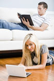 Χαλάρωση ζεύγους στο καθιστικό στοκ φωτογραφίες