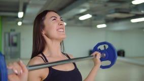 χαλάρωση ικανότητας έννοιας σφαιρών pilates Όμορφη γυναίκα brunette που κάνει τις ασκήσεις στο βραχίονα με ένα barbell Στοκ Εικόνες