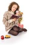 Χαλάρωση κοριτσιών με ένα βιβλίο Στοκ Εικόνες
