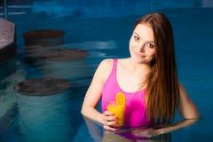 Χαλάρωση κοριτσιών στην πισίνα με το ποτό Στοκ φωτογραφία με δικαίωμα ελεύθερης χρήσης