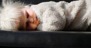 Χαλάρωση κοριτσιών στον καναπέ στο σπίτι 4k απόθεμα βίντεο