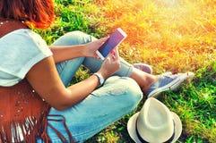 Χαλάρωση με έναν κινητό Χρόνος σπασιμάτων στοκ φωτογραφία