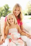 Χαλάρωση μητέρων και κορών στον καναπέ Στοκ Φωτογραφία