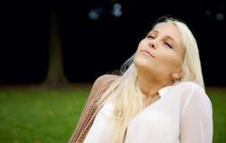 Χαλάρωση σε ένα πάρκο Στοκ φωτογραφία με δικαίωμα ελεύθερης χρήσης