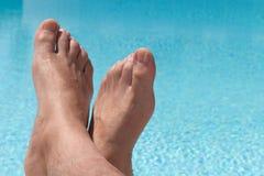 Χαλάρωση σε μια πισίνα Στοκ φωτογραφία με δικαίωμα ελεύθερης χρήσης