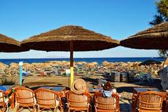 Χαλάρωση Kamari Santorini Ελλάδα καφέδων παραλιών Στοκ φωτογραφίες με δικαίωμα ελεύθερης χρήσης