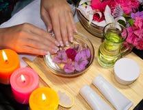 Χαλάρωση SPA για τα χέρια Τα φυσικά καλλυντικά, κρέμες, πετρέλαια και τρίβουν στοκ εικόνες