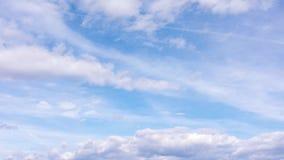 Χαλάρωση timelapse των άσπρων αυξομειούμενων σύννεφων σε έναν όμορφο μπλε θερινό ουρανό