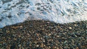 Χαλίκια και κυματωγή θάλασσας στοκ φωτογραφίες
