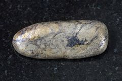 χαλίκι της πέτρας Arsenopyrite στο σκοτεινό υπόβαθρο Στοκ Εικόνες