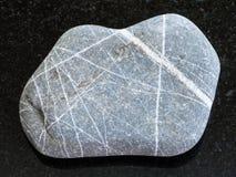 χαλίκι του ψαμμίτη Greywacke στο σκοτεινό υπόβαθρο Στοκ Εικόνες