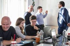 Χαλαρωμένη άτυπη συνεδρίαση των ομάδων επιχείρησης ίδρυσης επιχείρησης ΤΠ Στοκ εικόνες με δικαίωμα ελεύθερης χρήσης