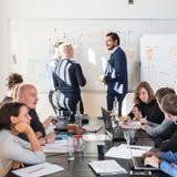 Χαλαρωμένη άτυπη συνεδρίαση των ομάδων επιχείρησης ίδρυσης επιχείρησης ΤΠ Στοκ Εικόνες