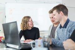 Χαλαρωμένη άτυπη συνεδρίαση των ομάδων επιχείρησης ίδρυσης επιχείρησης ΤΠ Στοκ Εικόνα
