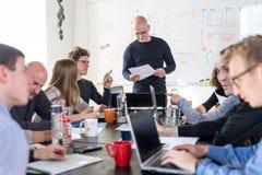 Χαλαρωμένη άτυπη συνεδρίαση των ομάδων επιχείρησης ίδρυσης επιχείρησης ΤΠ Στοκ φωτογραφία με δικαίωμα ελεύθερης χρήσης