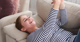 Χαλαρωμένη γυναίκα που ένα φιλί ενώ βίντεο που κουβεντιάζει στο τηλέφωνο φιλμ μικρού μήκους