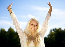 Χαλαρωμένη γυναίκα που απολαμβάνει τον ήλιο Στοκ εικόνες με δικαίωμα ελεύθερης χρήσης