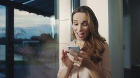 Χαλαρωμένη γυναίκα που λαμβάνει το αστείο μήνυμα σε κινητό Ευτυχής γυναίκα που κουβεντιάζει στο κινητό τηλέφωνο φιλμ μικρού μήκους