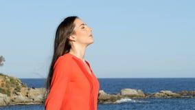 Χαλαρωμένος καθαρός αέρας αναπνοής γυναικών στην παραλία απόθεμα βίντεο