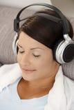 Χαλαρωμένη μουσική ακούσματος γυναικών Στοκ Φωτογραφίες