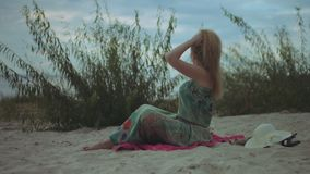 Χαλαρωμένη redhead γυναίκα που απολαμβάνει τον ελεύθερο χρόνο στην ακροθαλασσιά απόθεμα βίντεο