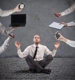 Χαλαρωμένος επιχειρηματίας που κάνει τη γιόγκα κατά τη διάρκεια της εργασίας στοκ εικόνες με δικαίωμα ελεύθερης χρήσης